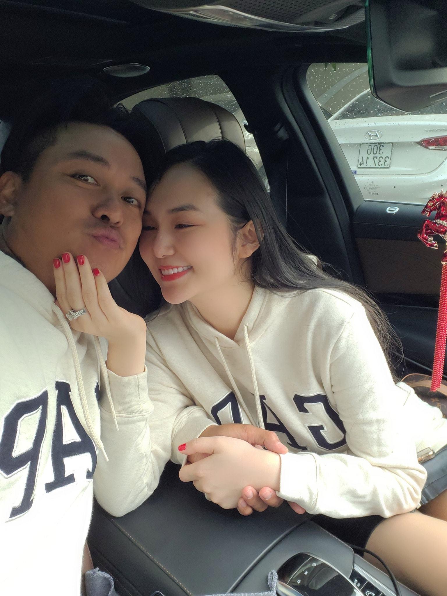 Hồ Ngọc Hà mặc váy cô dâu e ấp bên Kim Lý