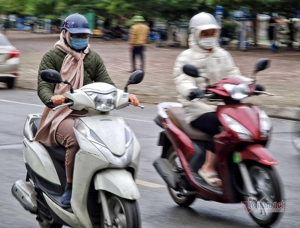 Ngày rét tê tái, người Hà Nội trùm áo mưa xuống phố