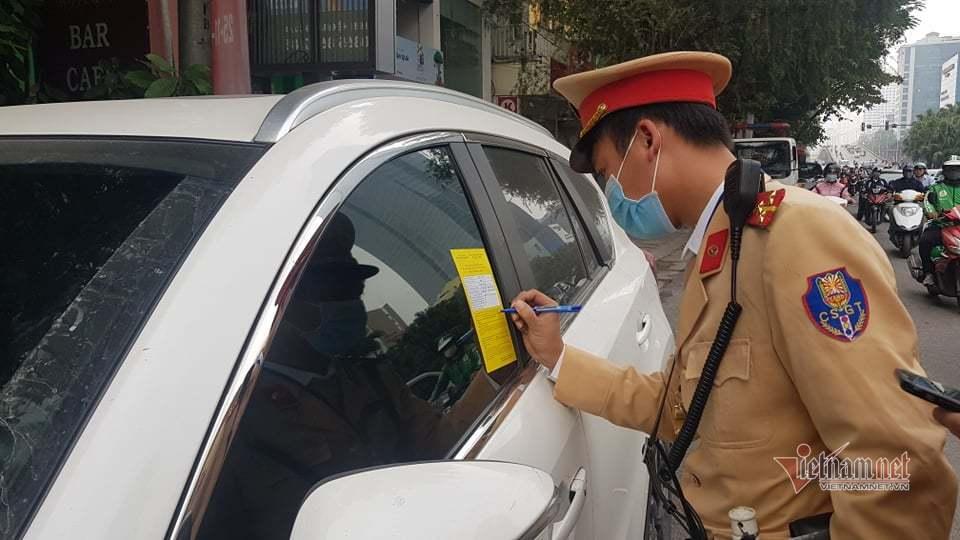 Hà Nội: Từ hôm nay, ô tô dừng đỗ sai sẽ bị dán thông báo phạt nguội lên xe