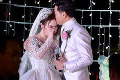 Vợ đại gia hơn tuổi của Quý Bình bật khóc ngay trên sân khấu đám cưới