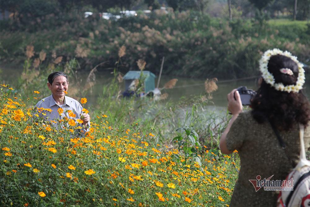Người Hà Nội chen chân chụp ảnh bên bờ sông Hồng