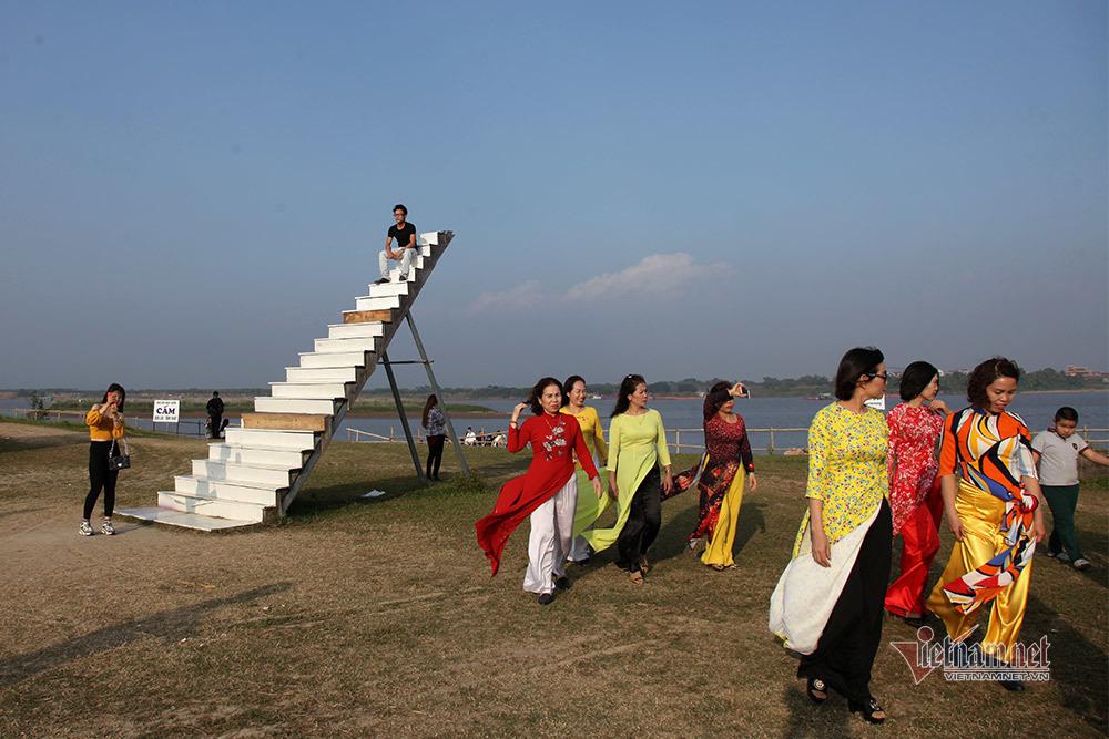 Người dân Hà Nội chen nhau chụp ảnh bên bờ sông Hồng