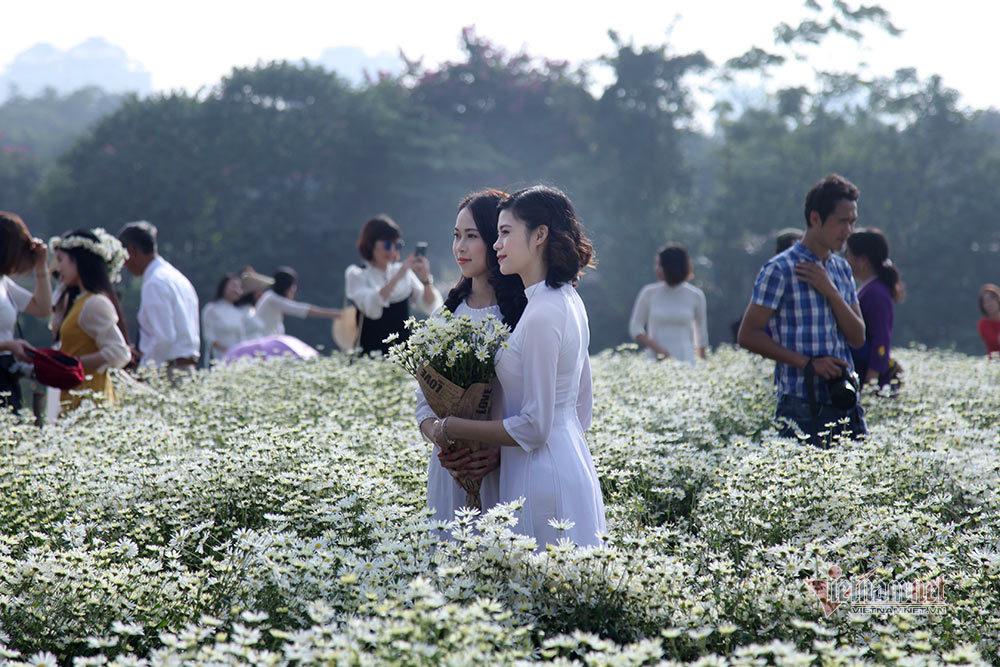 Người Hà Nội chen nhau chụp ảnh bên bờ sông Hồng