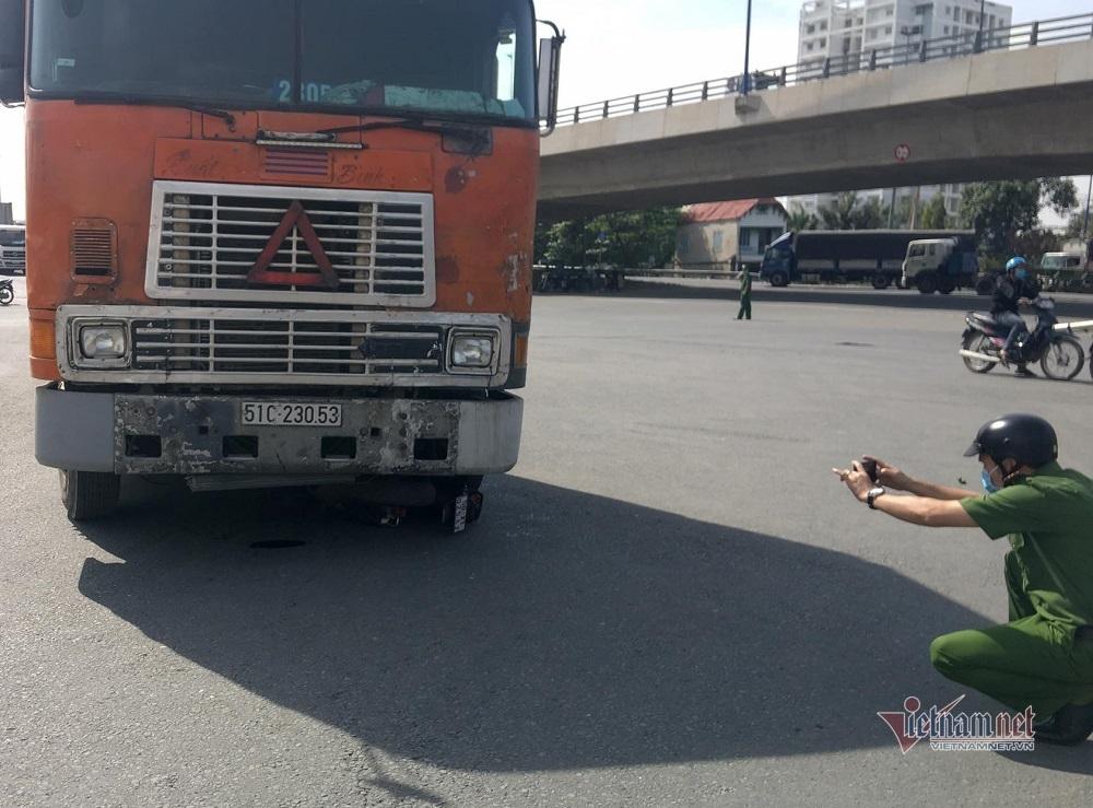 """Xe container cán nát xe máy, kéo lê cô gái 5m giữa vòng xoay """"tử thần"""""""