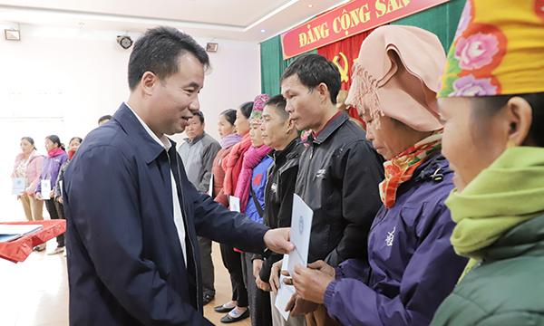 Trao tặng 50 thẻ BHYT cho đồng bào dân tộc Sơn La