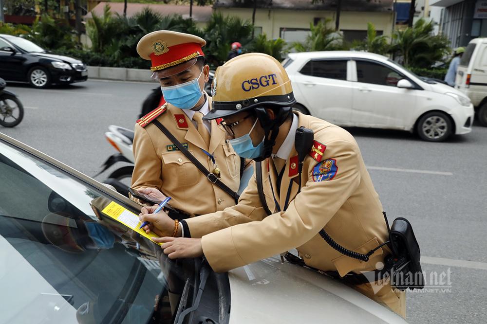 Giấy vàng đặc biệt dán kính ô tô, 240 chủ xe ngày đầu nhận phạt