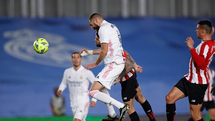 Benzema sáng rực, Real Madrid cho Barca 'ngửi khói'