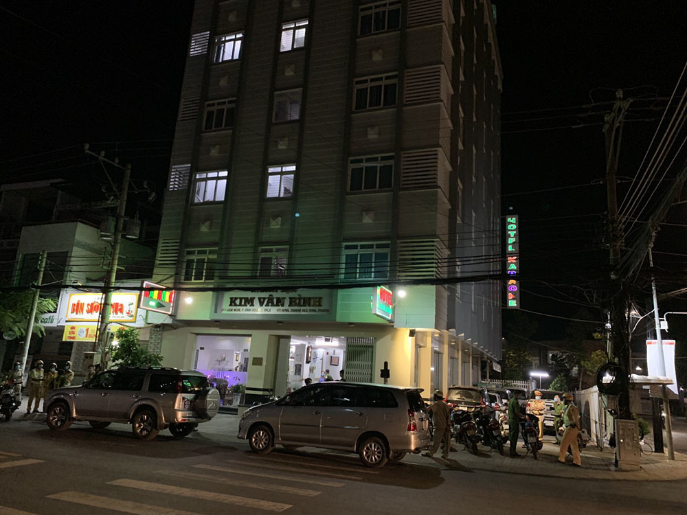 Bắt quả tang 3 cặp nam nữ mua bán dâm trong khách sạn ở An Giang