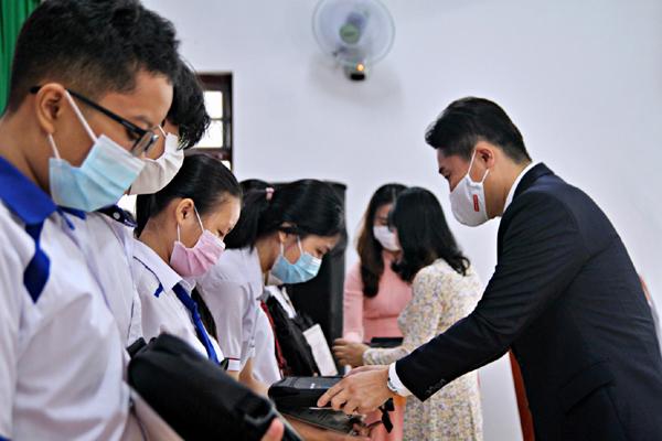 Trao 340 học bổng cho học sinh vượt khó ở Đồng Nai