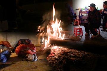 Đêm Hà Nội lạnh tê tái, người dân đắp bìa các tông, đốt lửa chống rét