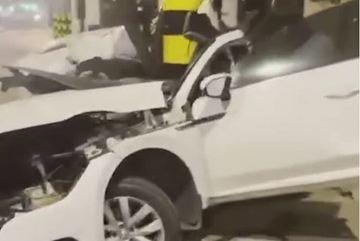 Ô tô gãy đôi thân khi đâm vào cột điện