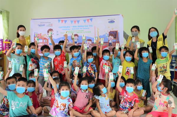 CapitaLand tặng hơn 64.000 ly sữa cho trẻ mầm non và tiểu học
