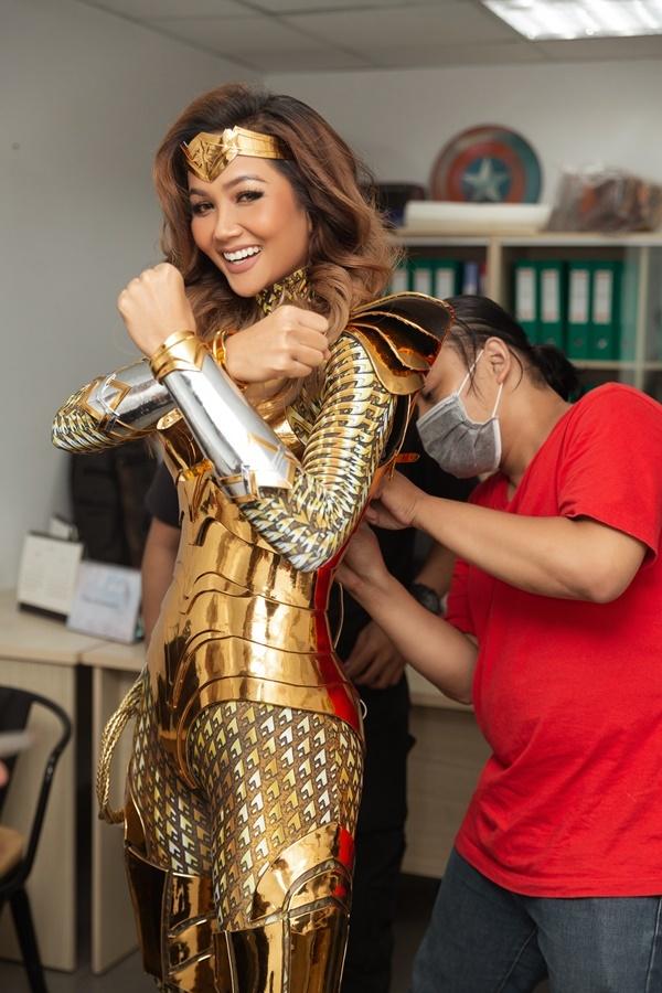 Hoa hậu H'Hen Niê hoá thân thành Wonder Woman