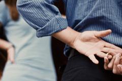 Nghi bạn thân ngoại tình với chồng: Là tôi hoang tưởng hay họ quá mờ ám?