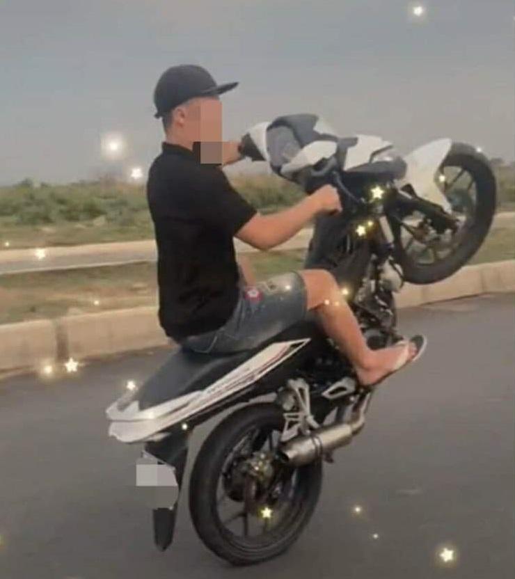 Khoe chạy xe máy một bánh, thiếu niên bị phạt gần 10 triệu