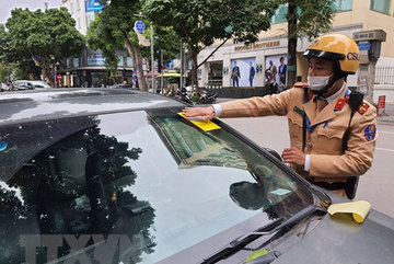 Hanoi police start attaching parking tickets on illegally parking cars