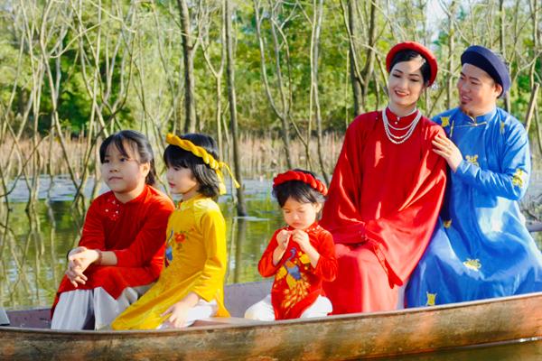 Vợ đẹp, kín tiếng, sinh 5 con cho nghệ sĩ Vượng Râu xuất hiện MV mới