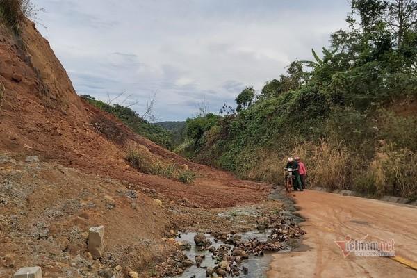 Người dân sợ nguy hiểm khi  đi qua đường trăm tỷ bị đất, đá vùi lấp