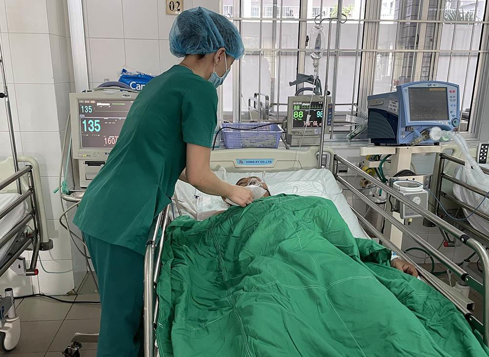 Huy động 15 bác sĩ cứu người đàn ông bị đâm thấu bụng
