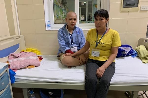 Cậu bé mắc ung thư hạch vẫn mong sớm đi làm kiếm tiền trả nợ cho bố mẹ