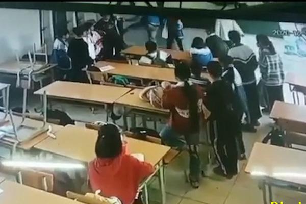 Khởi tố ông bố xông vào lớp học đánh bạn của con ở Điện Biên