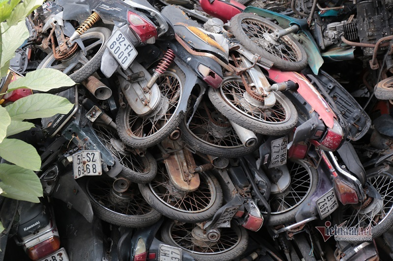 Hàng trăm xe máy rỉ sét, chất đống bên trong bến xe ở Sài Gòn