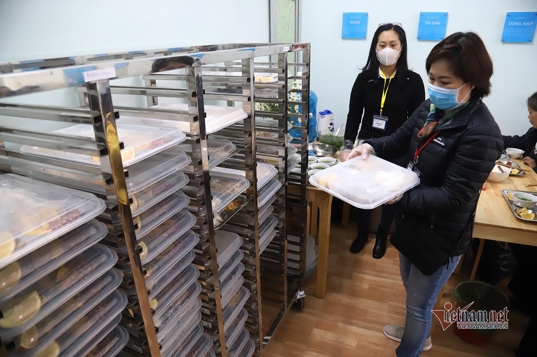 2.000 đồng mua được suất cơm tươm tất 'bao no' giữa lòng Hà Nội