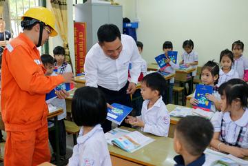 EVNHANOI trao tặng 50.000 quyển vở cho học sinh nghèo