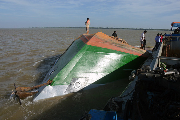Tiếng gõ trong khoang sà lan chìm và cuộc giải cứu của chiến sĩ 9X
