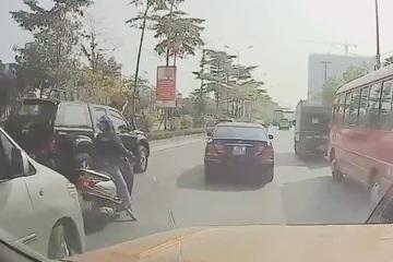 Nữ 'ninja' dừng xe giữa đường đông đúc gây tắc nghẽn để... nghe điện thoại