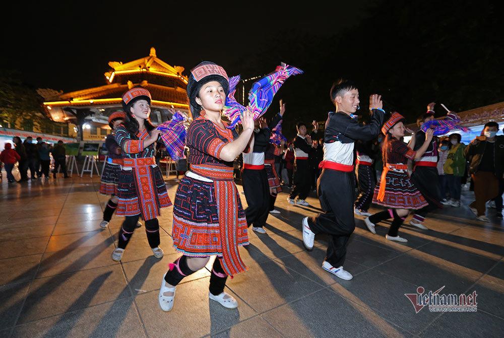 Khách Tây nhảy cực sung cùng thiếu nữ Lai Châu trên phố đi bộ Hà Nội