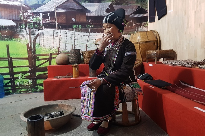 Người phụ nữ Lai Châu đốt cây ngứa, bôi nhựa lên răng mỗi ngày để làm đẹp