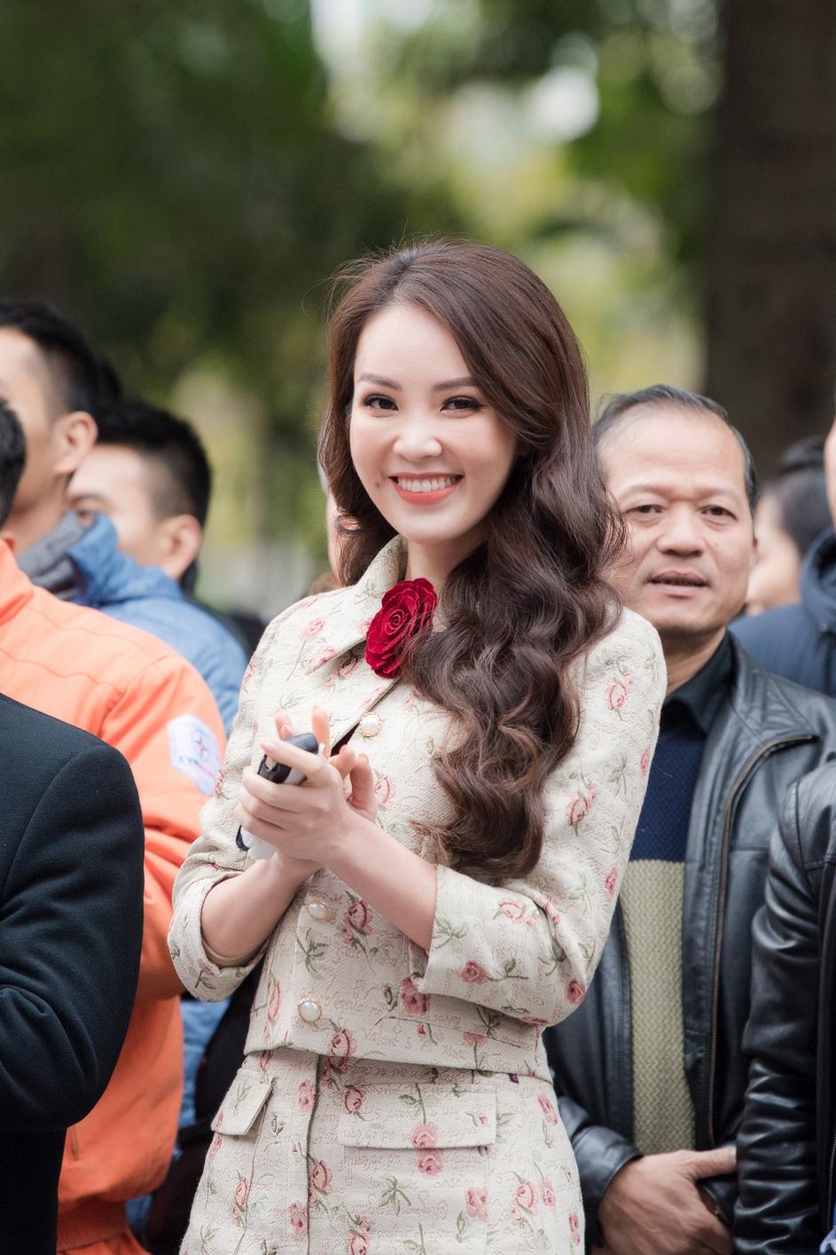 Thuỵ Vân xinh đẹp bên Việt Anh hậu trường phim 'Hồ sơ cá sấu'