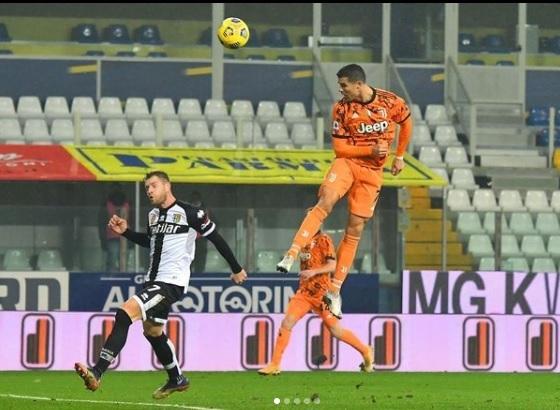 Ronaldo lập kỳ tích Serie A, dẫn đầu cuộc đua Vua phá lưới