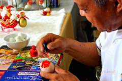 Retired teacher in HCM City produces festive items from eggshells