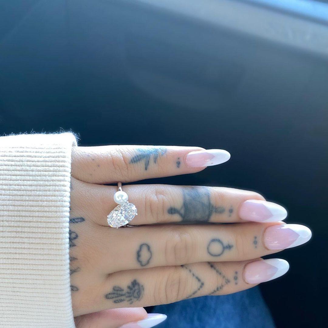 Ariana Grande đính hôn với doanh nhân bất động sản
