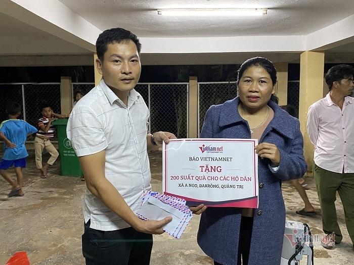 VietNamNet trao gần 100 triệu cho người dân Quảng Bình, Quảng Trị