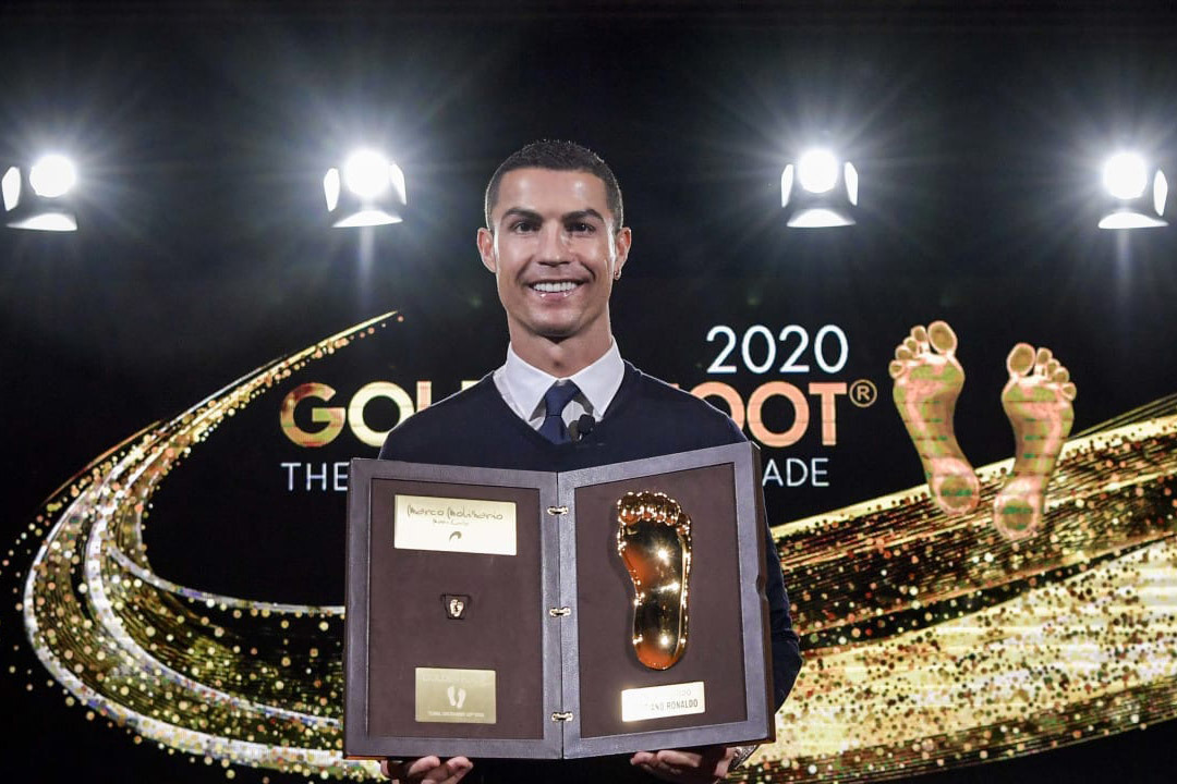 Bạn gái chúc mừng Ronaldo giành 'Bàn chân vàng'