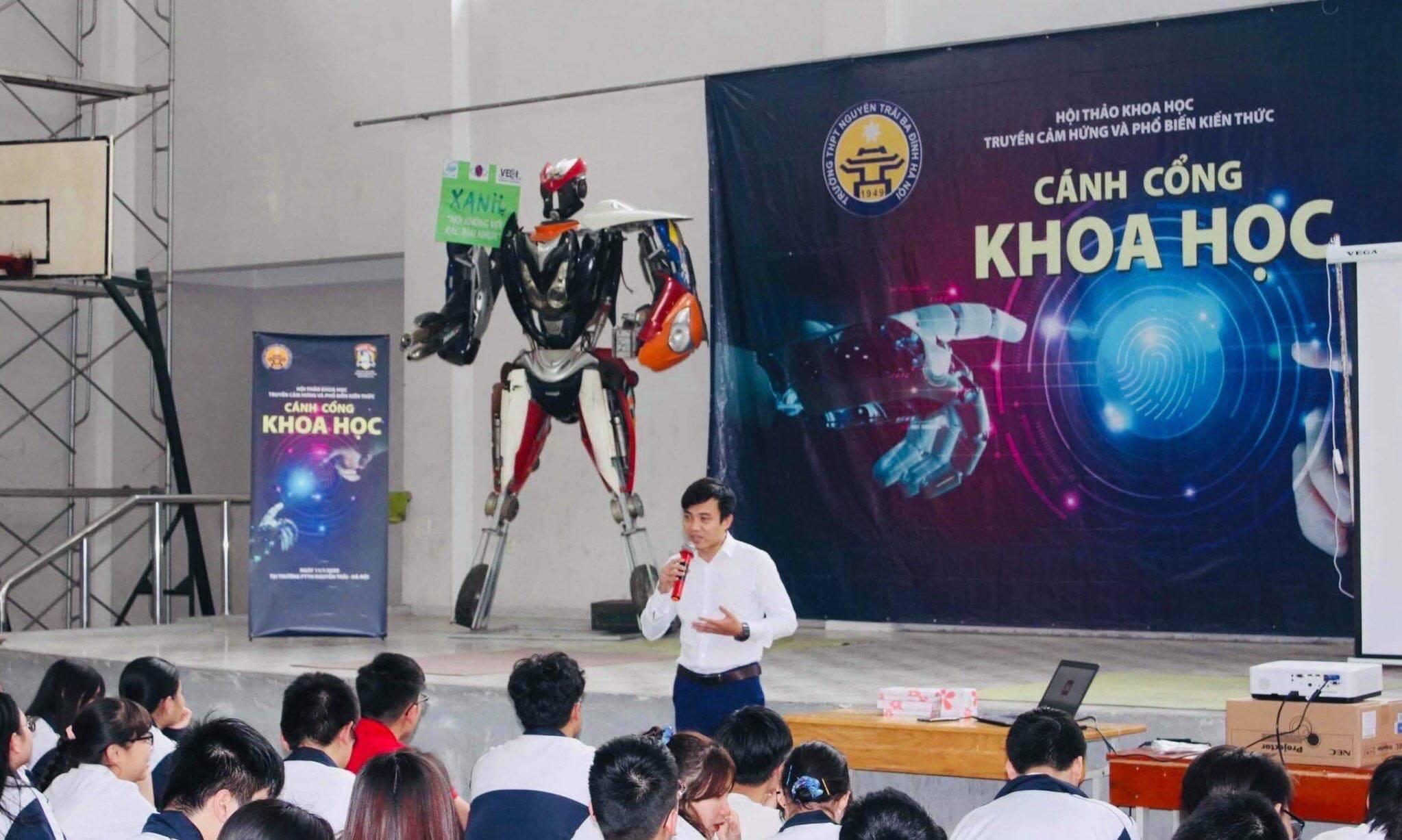 Chàng trai Hà Nội làm robot từ phế liệu xe máy