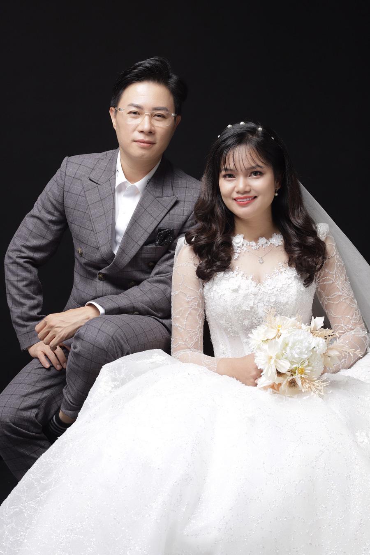 Ảnh cưới tình cảm của MC Lê Anh với vợ thạc sĩ kém 10 tuổi