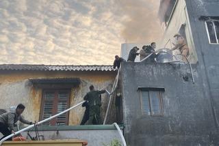 Cụ bà Hải Phòng lên tầng ba thắp hương gây cháy nhà, được CSGT giải cứu
