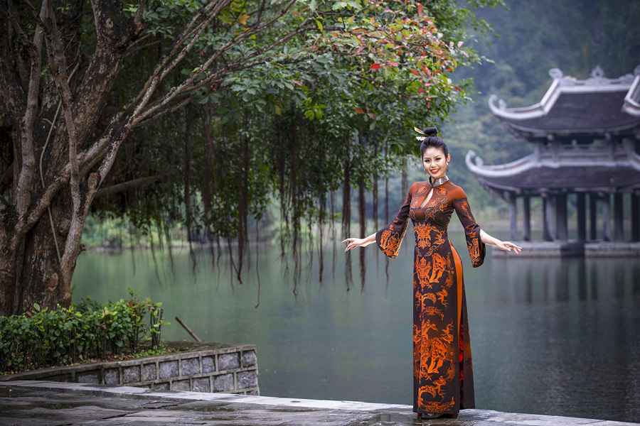 Cảnh đẹp Ninh Bình ẩn hiện trong tà áo dài của NTK Hoàng Ly