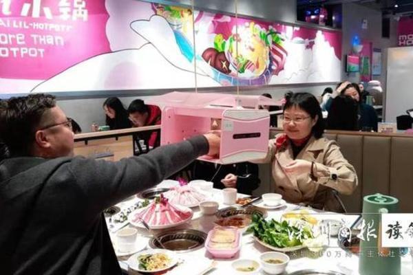 Nhà hàng Trung Quốc dùng người máy phục vụ thời dịch bệnh