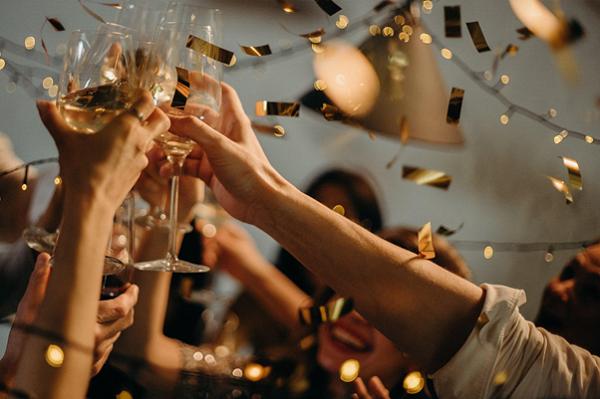 Làm thế nào để tạo quan hệ mới trong tiệc cuối năm?