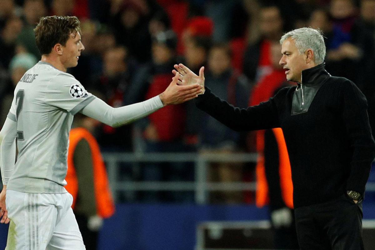 Mourinho ra tay, Tottenham 'bắt cóc' Lindelof