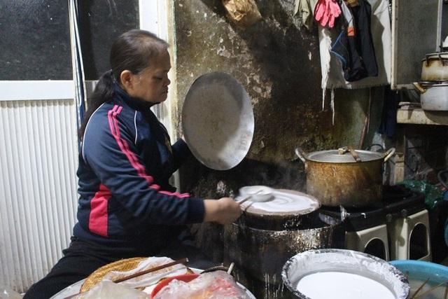 Hàng bánh cuốn kỳ lạ nhất Hà Nội: không biển hiệu, chỉ mở bán lúc nửa đêm