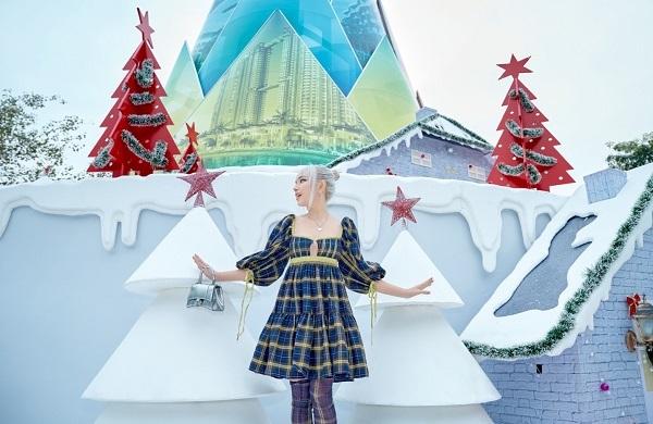 Sao Việt check in 'siêu ảo' bên cây măng Noel độc đáo