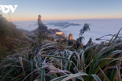 Fansipan peak covered in frost as temperature plunges to zero