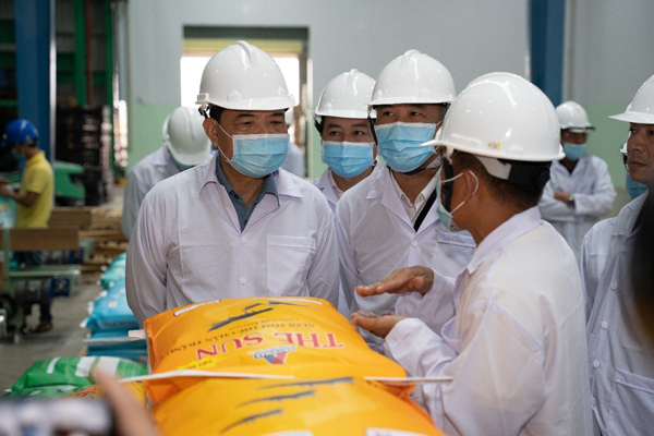 Bộ trưởng Nông nghiệp thăm nhà máy thức ăn thuỷ sản Growmax