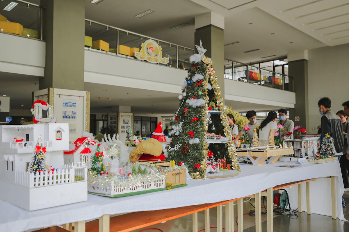 Sinh viên trang hoàng Giáng sinh bằng vật liệu tái chế